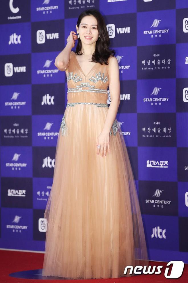 """Chỉ với thay đổi nhỏ, """"chị đẹp"""" Son Ye Jin biến item hiểm hóc thành trang phục thanh lịch vô cùng - ảnh 2"""