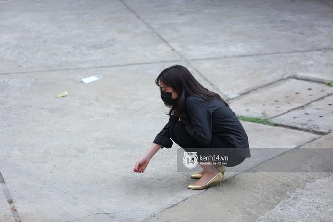 Gil Lê - Hoàng Thuỳ Linh đến lễ cúng thất của phù thuỷ trang điểm Minh Lộc có hành động tinh tế nhằm tránh sự chú ý - Ảnh 2.