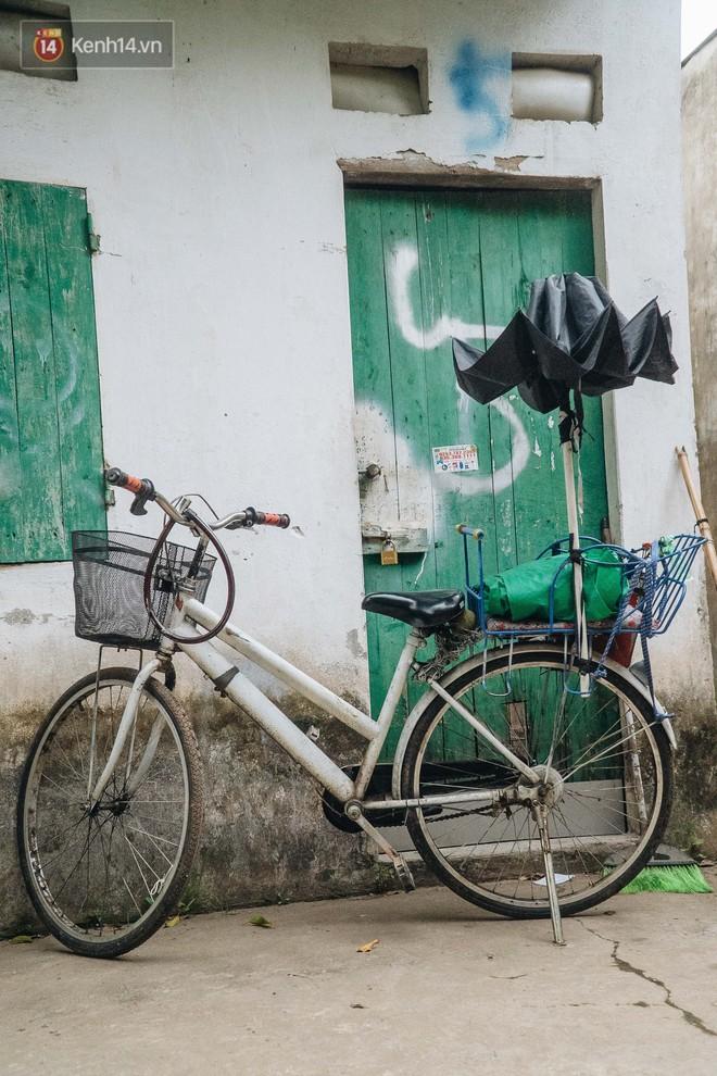 Cuộc sống hiện tại của người bố địu con bán bọc chân chống xe máy ở Hà Nội: Bé gái đã được đến trường - Ảnh 2.