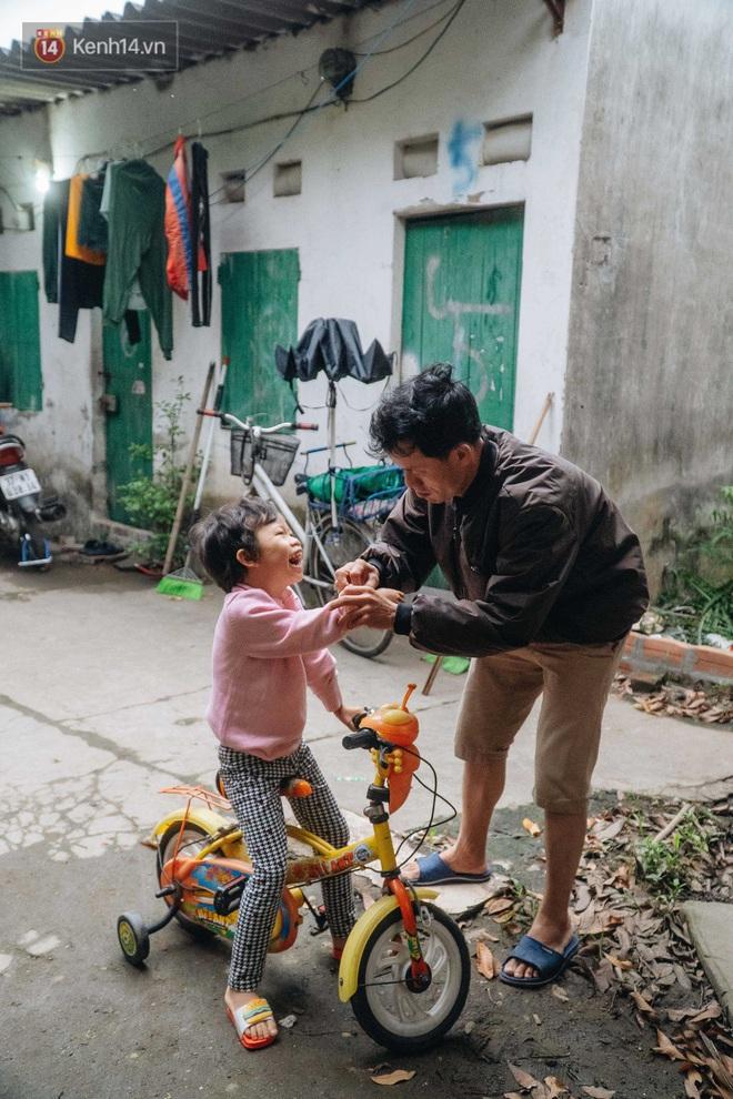 Cuộc sống hiện tại của người bố địu con bán bọc chân chống xe máy ở Hà Nội: Bé gái đã được đến trường - Ảnh 5.