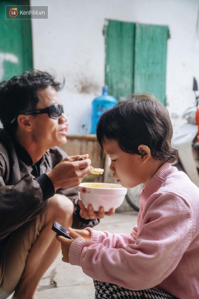 Cuộc sống hiện tại của người bố địu con bán bọc chân chống xe máy ở Hà Nội: Bé gái đã được đến trường - Ảnh 10.