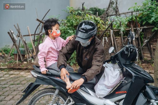 Cuộc sống hiện tại của người bố địu con bán bọc chân chống xe máy ở Hà Nội: Bé gái đã được đến trường - Ảnh 9.