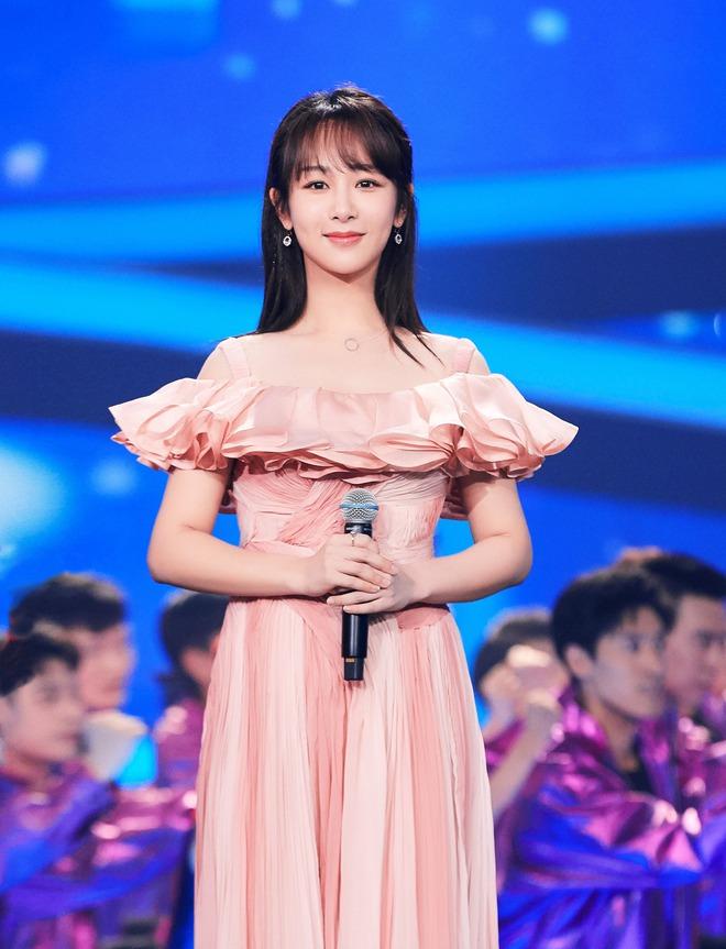 """Stylist của Dương Tử gây phẫn nộ khi """"trăm lần như một"""" cho cô mặc đúng 1 kiểu trang phục - Ảnh 3."""