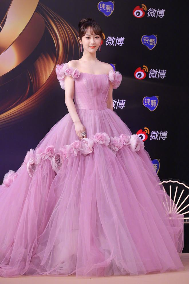 """Stylist của Dương Tử gây phẫn nộ khi """"trăm lần như một"""" cho cô mặc đúng 1 kiểu trang phục - Ảnh 1."""