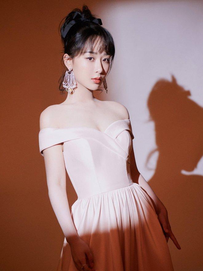 """Stylist của Dương Tử gây phẫn nộ khi """"trăm lần như một"""" cho cô mặc đúng 1 kiểu trang phục - Ảnh 2."""