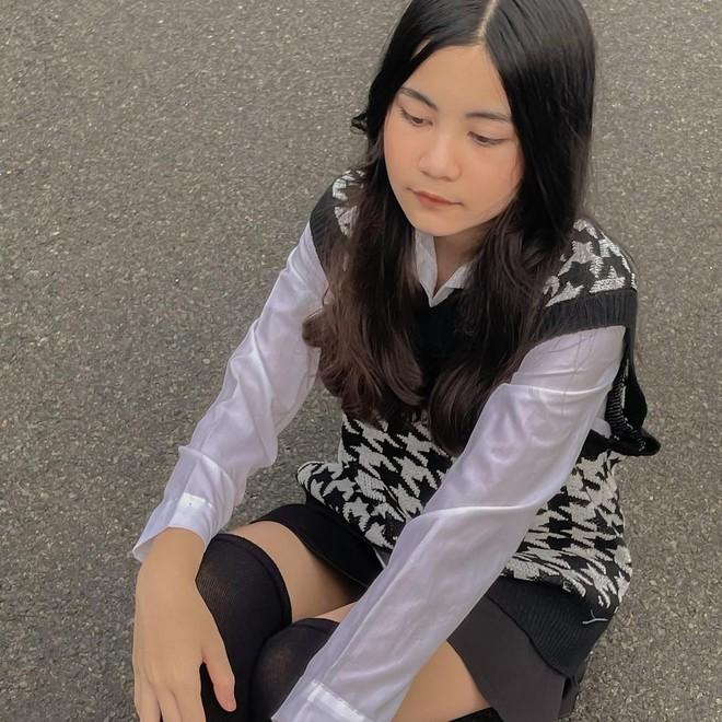 Ái nữ nhà Quyền Linh tung loạt hình style Rosé (BLACKPINK), nhưng gây chú ý nhất là caption gắt - Ảnh 1.