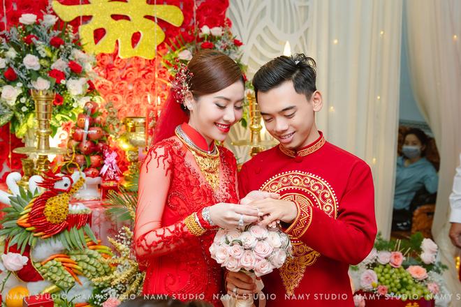 """Đám cưới với của hồi môn cực """"khủng"""" ở An Giang: Tiền chất thành từng cọc, vàng và hột xoàn bày la liệt - Ảnh 2."""