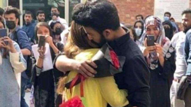 Tỏ tình và ôm nhau giữa sân trường, cặp đôi sinh viên bị đuổi học - Ảnh 1.