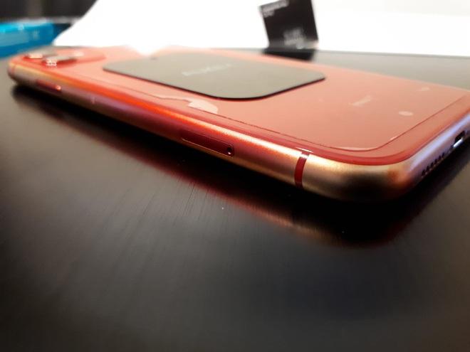 Nhiều mẫu iPhone 11 và iPhone 12 bị bay màu, lộ khung nhôm - Ảnh 2.