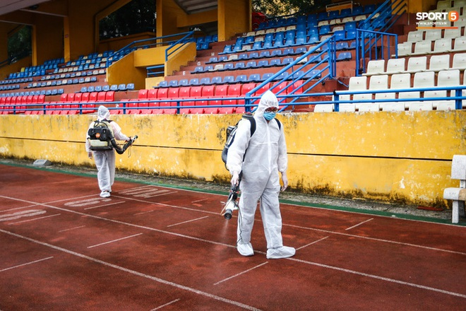 Sân Hàng Đẫy phun khử khuẩn trước khi mở cửa đón 2000 khán giả - Ảnh 5.