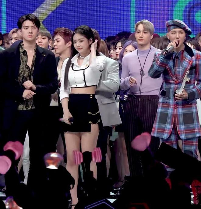 Điểm chung 2 mỹ nhân sát trai nhất Kpop Jennie - Taeyeon: Từ dính phốt thái độ, cà khịa thành viên cùng nhóm đến chiêu trò hẹn hò? - ảnh 2