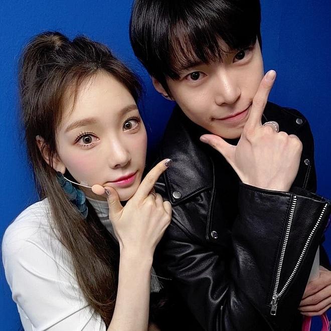 Điểm chung 2 mỹ nhân sát trai nhất Kpop Jennie - Taeyeon: Từ dính phốt thái độ, cà khịa thành viên cùng nhóm đến chiêu trò hẹn hò? - ảnh 4