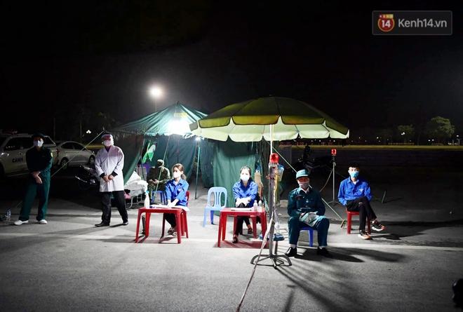 Người dân tại tâm dịch thành phố Chí Linh chuẩn bị cờ hoa, háo hức trước giờ hết cách ly xã hội - ảnh 7