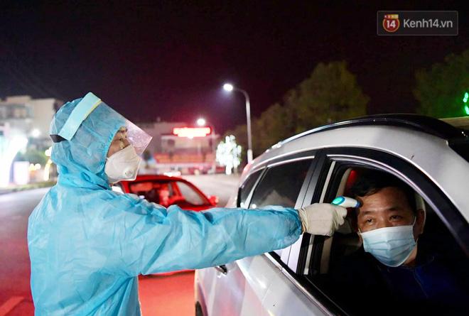Người dân tại tâm dịch thành phố Chí Linh chuẩn bị cờ hoa, háo hức trước giờ hết cách ly xã hội - ảnh 5