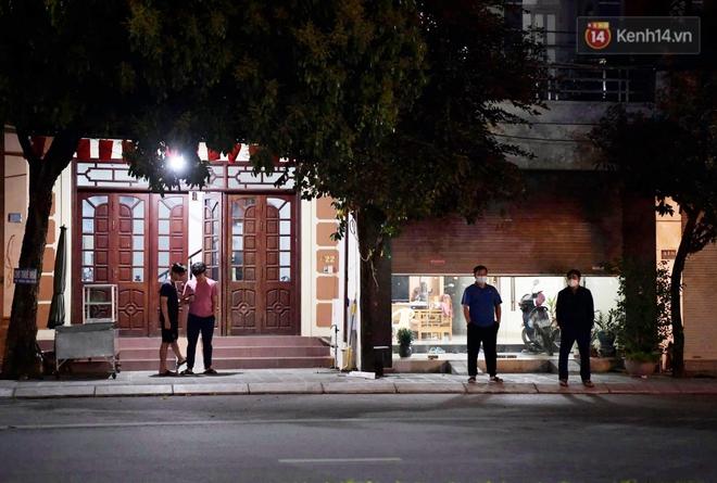 Người dân tại tâm dịch thành phố Chí Linh chuẩn bị cờ hoa, háo hức trước giờ hết cách ly xã hội - ảnh 1