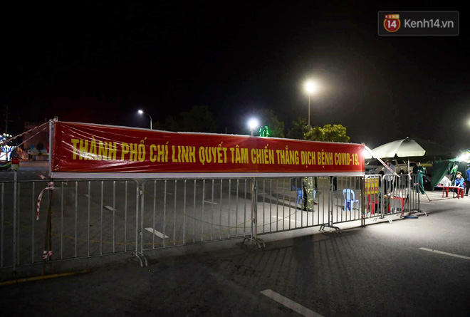 Người dân tại tâm dịch thành phố Chí Linh chuẩn bị cờ hoa, háo hức trước giờ hết cách ly xã hội - ảnh 3