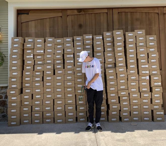 Mẹ còng lưng làm phó chủ tịch Nike, con tuồn giày ra chợ đen bán khiến mẹ mất chức - ảnh 1