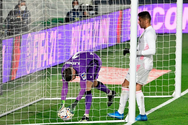 Real Madrid thoát thua trong gang tấc nhưng vẫn bị Barca vượt mặt - ảnh 1