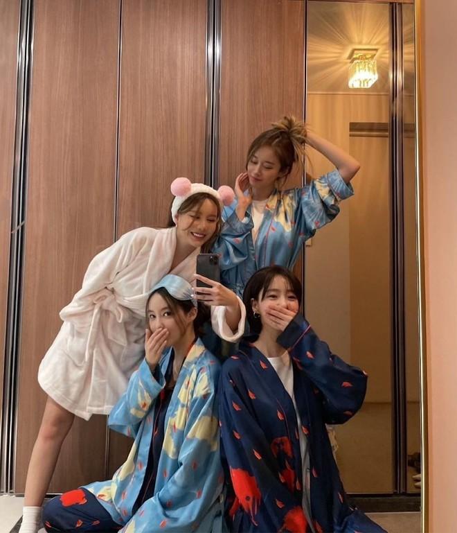 4 thành viên T-ara hội ngộ, Jiyeon tiết lộ chuyện giấu điện thoại vào áo lót vì bị cấm sử dụng 003