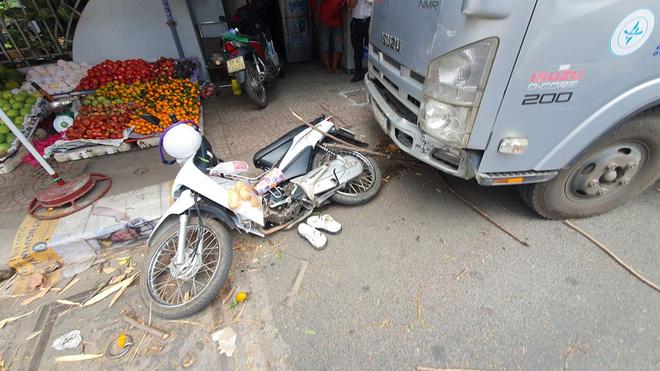 TP.HCM: Đang đứng mua bánh mì, cô gái trẻ bị xe tải lao vào tông nhập viện - Ảnh 1.