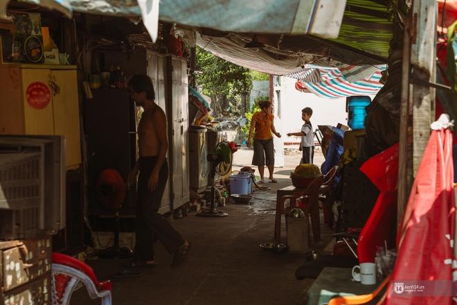 Một ngày trong hẻm Bố Già giữa Sài Gòn: Cuộc sống của người dân cù lao vẫn bình dị như thế, hễ có đoàn phim đến là nhiệt tình giúp đỡ! - Ảnh 4.