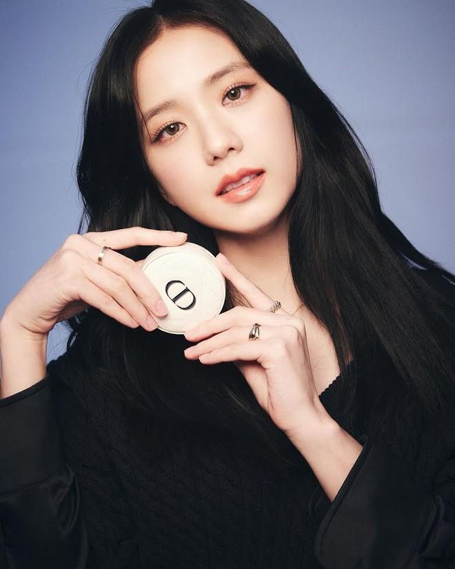 Nữ thần Jisoo (BLACKPINK) lúc nào cũng đeo 1 chiếc nhẫn, ẩn tình gì với người tặng quà đặc biệt này? 004