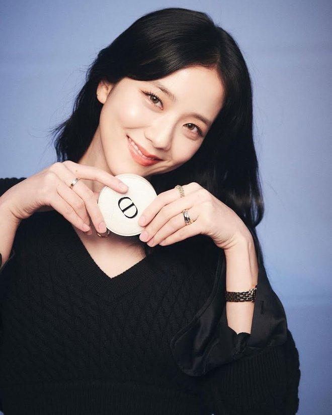 Nữ thần Jisoo (BLACKPINK) lúc nào cũng đeo 1 chiếc nhẫn, ẩn tình gì với người tặng quà đặc biệt này? 005