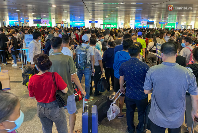 Ảnh: Người dân đổ xô đi du lịch, sân bay Tân Sơn Nhất đông nghẹt khách - Ảnh 13.