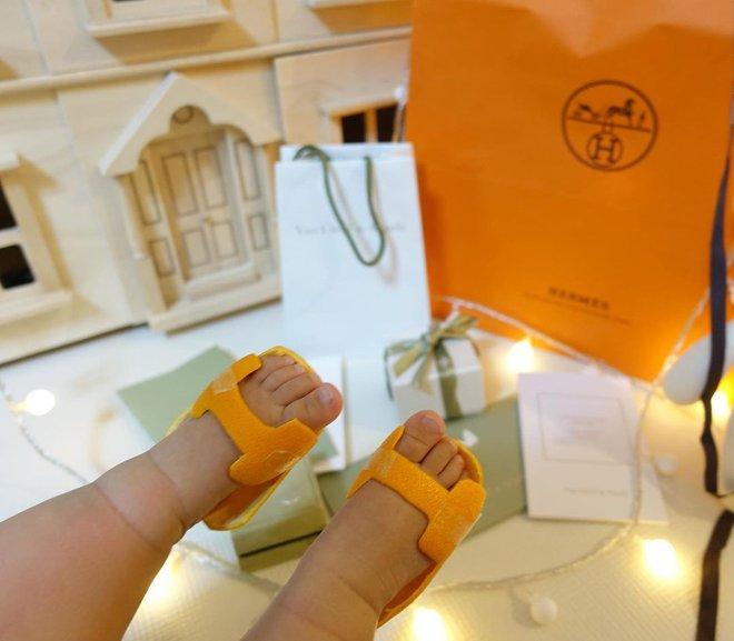 Đàm Thu Trang gây sốt với dép Hermès vỏ bưởi, tưởng mới nhưng hóa ra đã là hot trend từ bao giờ - ảnh 7