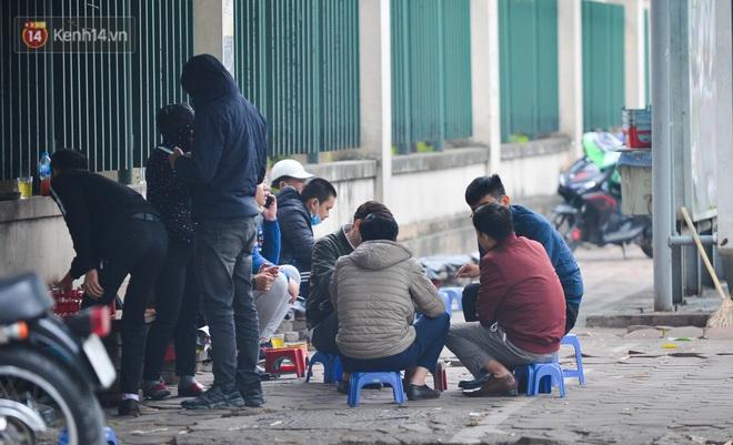 Ảnh: Trà đá vỉa hè Hà Nội vẫn bán tràn lan, bất chấp lệnh cấm phòng dịch Covid-19 - ảnh 4