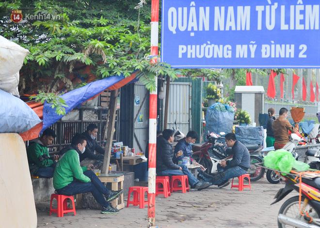 Ảnh: Trà đá vỉa hè Hà Nội vẫn bán tràn lan, bất chấp lệnh cấm phòng dịch Covid-19 - ảnh 2