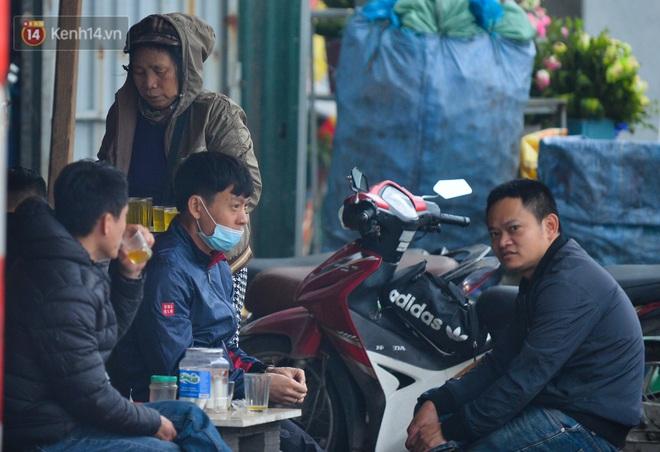 Ảnh: Trà đá vỉa hè Hà Nội vẫn bán tràn lan, bất chấp lệnh cấm phòng dịch Covid-19 - ảnh 3