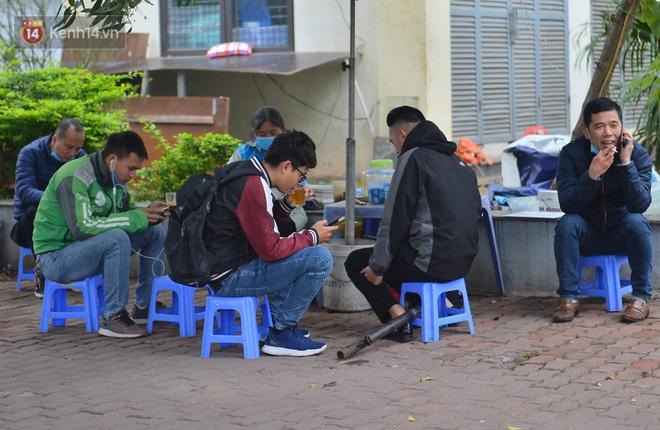 Ảnh: Trà đá vỉa hè Hà Nội vẫn bán tràn lan, bất chấp lệnh cấm phòng dịch Covid-19 - ảnh 5