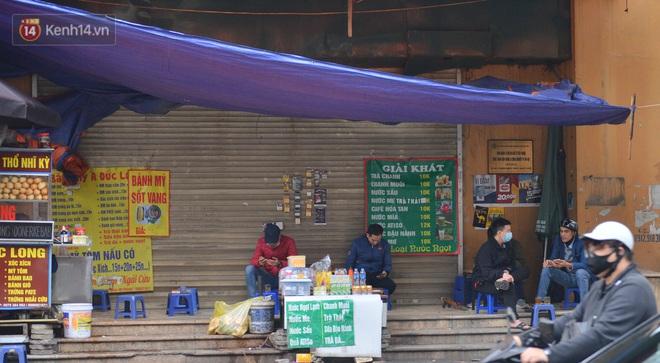 Ảnh: Trà đá vỉa hè Hà Nội vẫn bán tràn lan, bất chấp lệnh cấm phòng dịch Covid-19 - ảnh 13