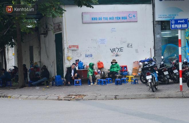 Ảnh: Trà đá vỉa hè Hà Nội vẫn bán tràn lan, bất chấp lệnh cấm phòng dịch Covid-19 - ảnh 1