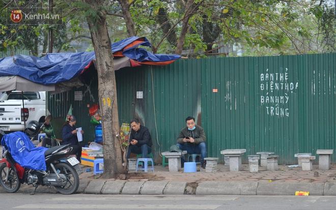 Ảnh: Trà đá vỉa hè Hà Nội vẫn bán tràn lan, bất chấp lệnh cấm phòng dịch Covid-19 - ảnh 8