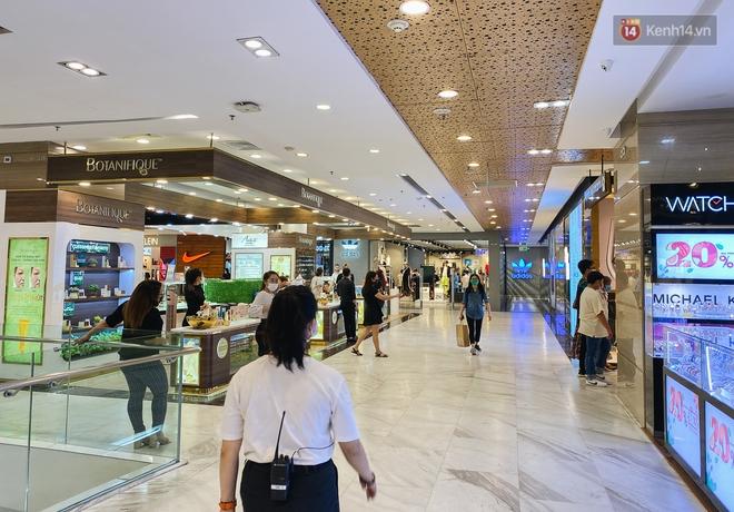 Cuộc sống bình thường mới ở Sài Gòn sau dịch Covid-19: Người dân thảnh thơi ngồi cafe, đi mua sắm - ảnh 10