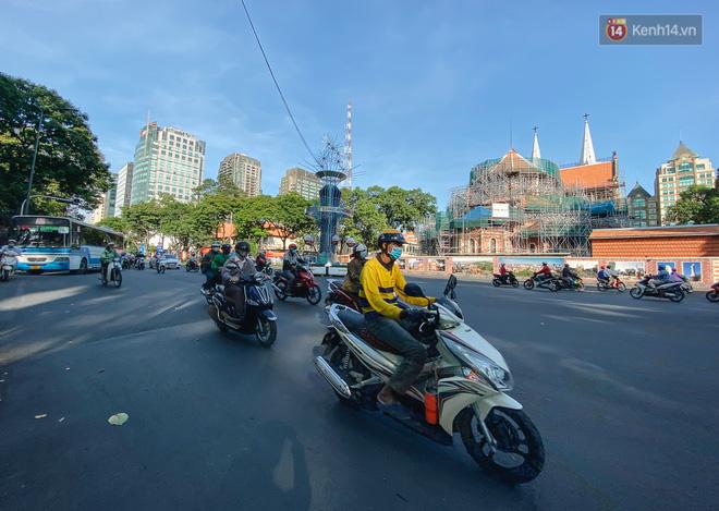 Cuộc sống bình thường mới ở Sài Gòn sau dịch Covid-19: Người dân thảnh thơi ngồi cafe, đi mua sắm - ảnh 1