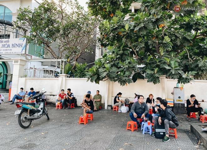 Cuộc sống bình thường mới ở Sài Gòn sau dịch Covid-19: Người dân thảnh thơi ngồi cafe, đi mua sắm - ảnh 7
