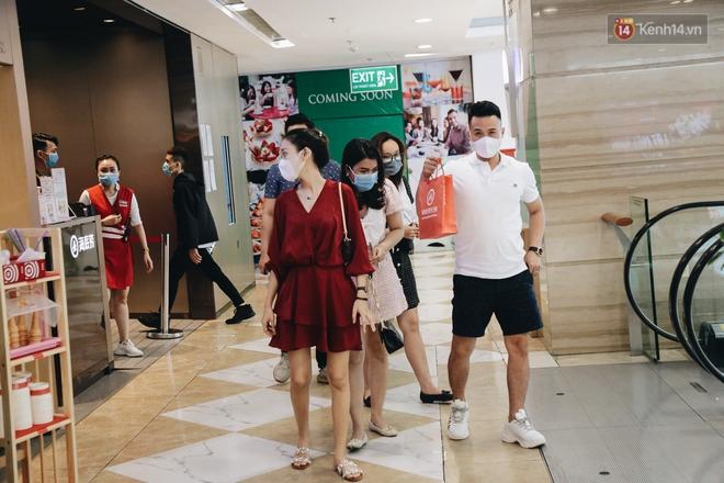 Cuộc sống bình thường mới ở Sài Gòn sau dịch Covid-19: Người dân thảnh thơi ngồi cafe, đi mua sắm - ảnh 14