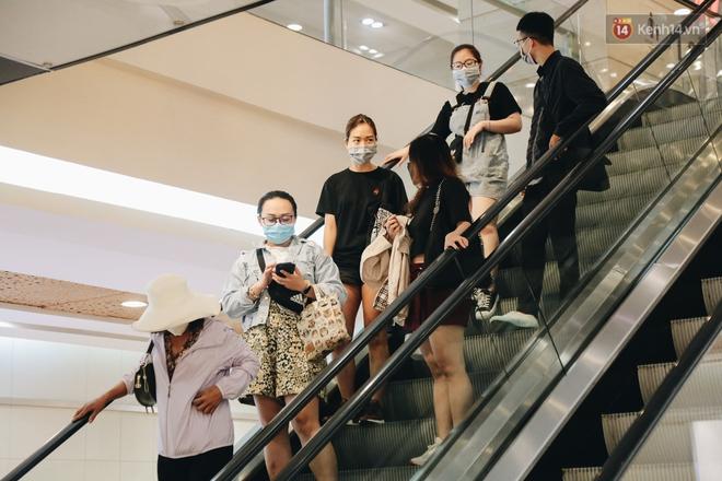 Cuộc sống bình thường mới ở Sài Gòn sau dịch Covid-19: Người dân thảnh thơi ngồi cafe, đi mua sắm - ảnh 13