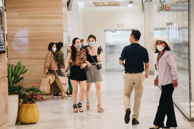 Cuộc sống bình thường mới ở Sài Gòn sau dịch Covid-19: Người dân thảnh thơi ngồi cafe, đi mua sắm - ảnh 11