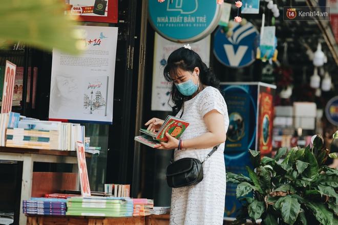 Cuộc sống bình thường mới ở Sài Gòn sau dịch Covid-19: Người dân thảnh thơi ngồi cafe, đi mua sắm - ảnh 6