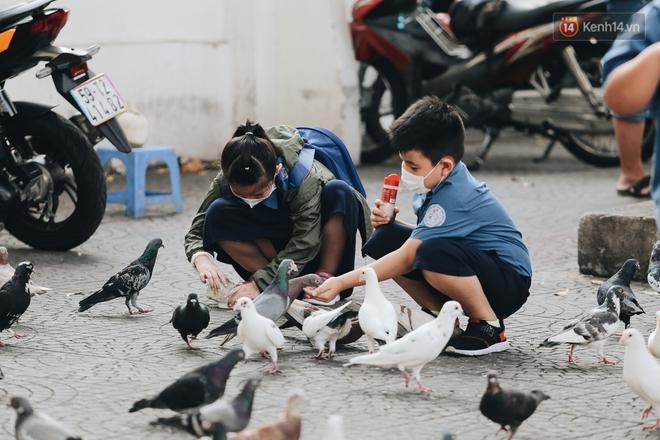 Cuộc sống bình thường mới ở Sài Gòn sau dịch Covid-19: Người dân thảnh thơi ngồi cafe, đi mua sắm - ảnh 3