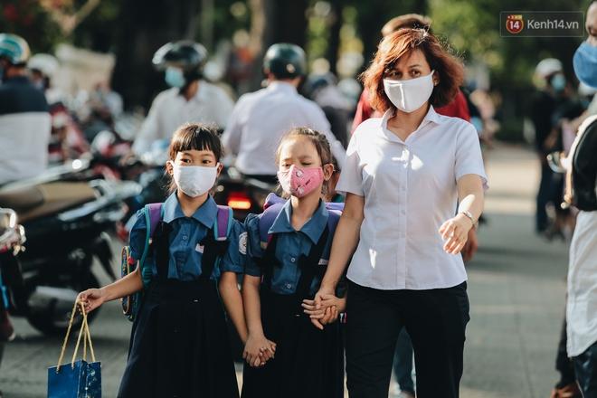 Cuộc sống bình thường mới ở Sài Gòn sau dịch Covid-19: Người dân thảnh thơi ngồi cafe, đi mua sắm - ảnh 2