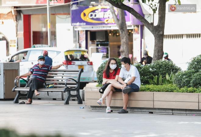 Cuộc sống bình thường mới ở Sài Gòn sau dịch Covid-19: Người dân thảnh thơi ngồi cafe, đi mua sắm - ảnh 9