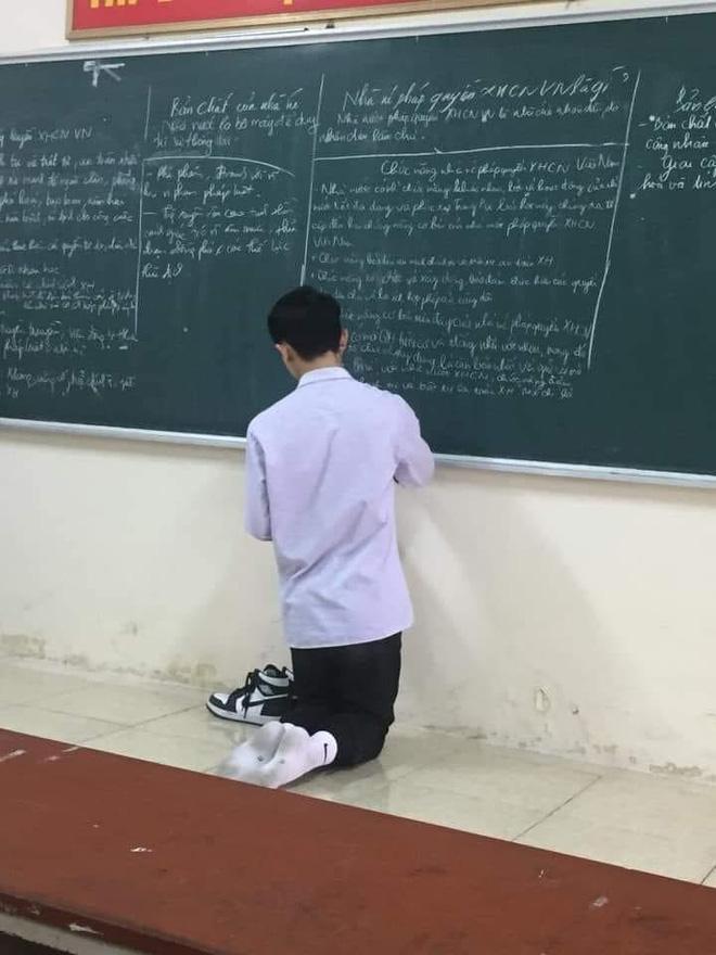 Nam sinh lên bảng làm bài phải cởi hẳn giày ra để một bên vì sợ gấp mũi, bóc giá mà choáng vì độ giàu có - ảnh 1