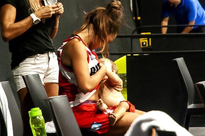 Nét đẹp thể thao: Cảm động khoảnh khắc nữ cầu thủ bóng rổ vừa thi đấu vừa cho con bú ngay trên sân - Ảnh 1.