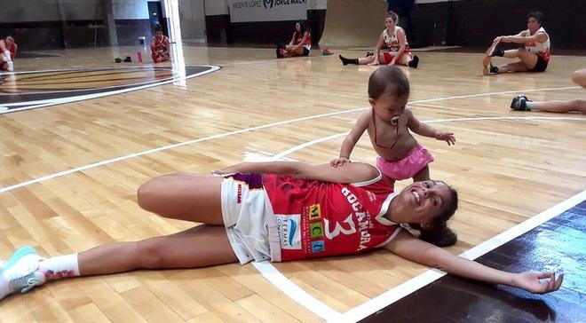 Nét đẹp thể thao: Cảm động khoảnh khắc nữ cầu thủ bóng rổ vừa thi đấu vừa cho con bú ngay trên sân - Ảnh 3.