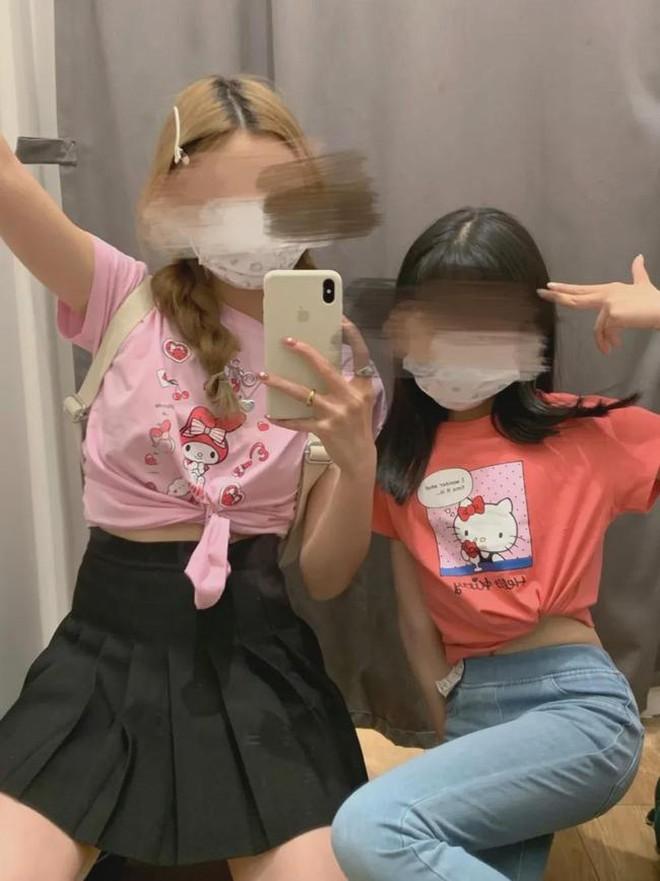 Uniqlo Trung Quốc phải ngăn khách không thử đồ trẻ em vì trào lưu khoe body gợi cảm gây tranh cãi - ảnh 3